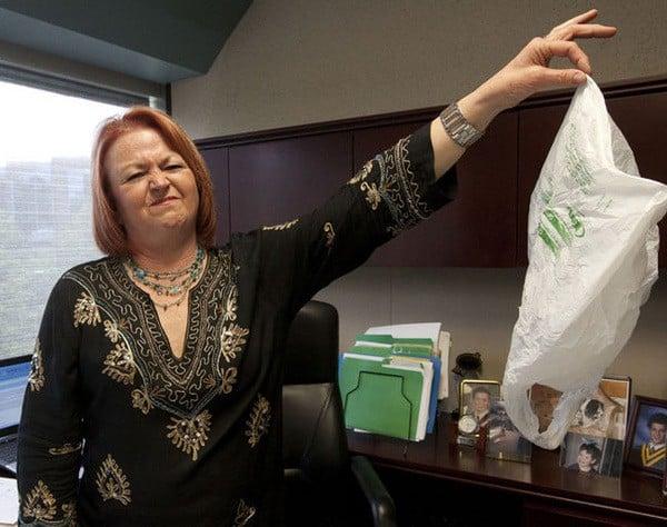 Toronto bannit les sacs en plastique.