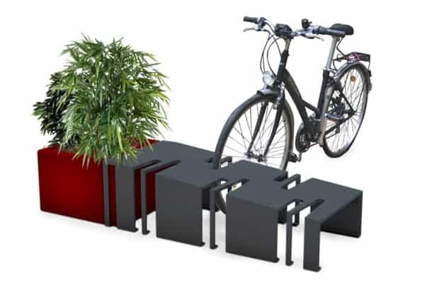 Un parc à vélos en canettes et bouteilles