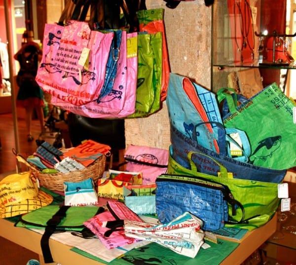 Des emballages d'aliments pour poisson transformés en sacs.
