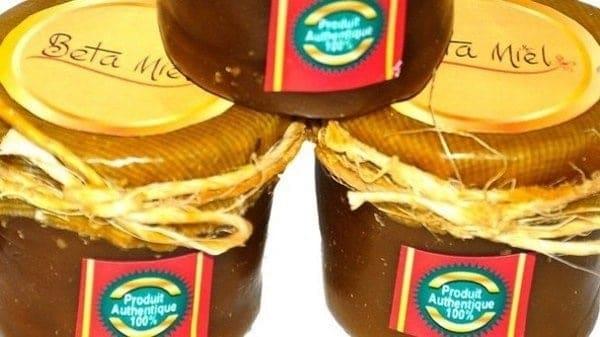 Betamiel, des pots de miel avec de la cire d'abeilles.